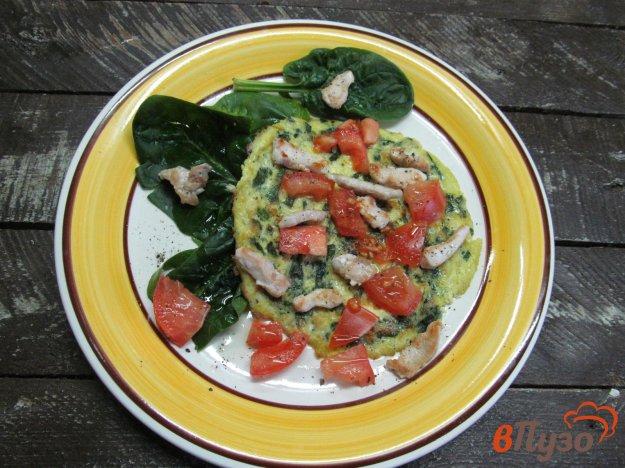 фото рецепта: Теплый салат из курицы с омлетом