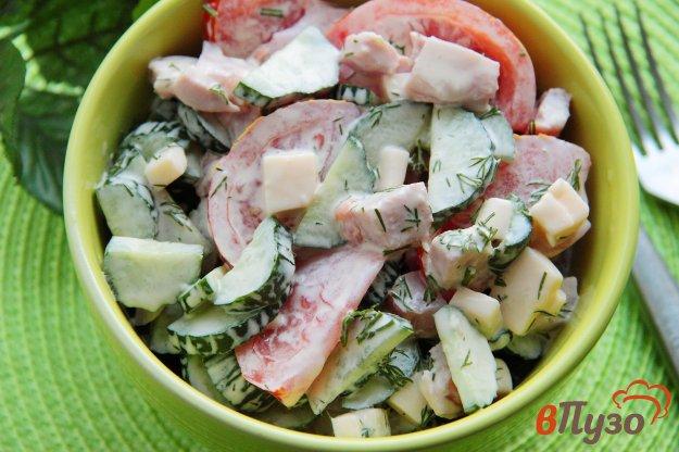 Салат из помидоров и огурцов с ветчиной и сыром