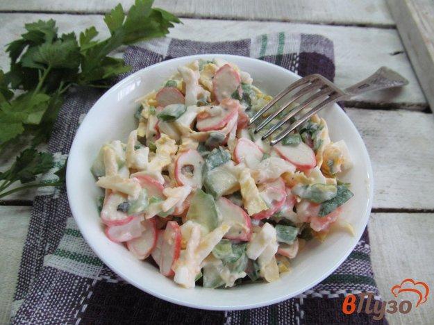 фото рецепта: Салат из пекинской капусты с крабовыми палочками и овощами