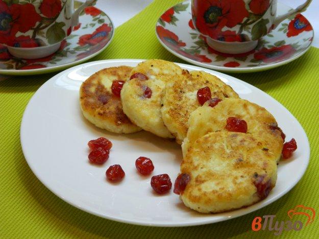 фото рецепта: Нежные сырники с сушеной вишней