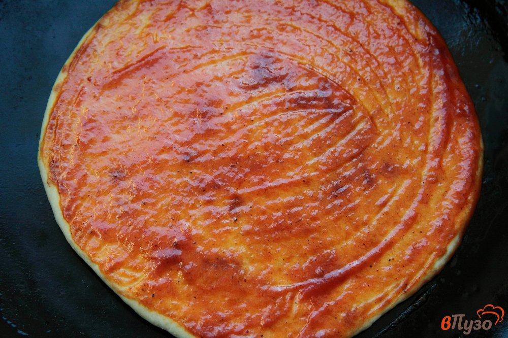 Фото приготовление рецепта: Лепешки с томатным соусом, сыром и зеленью шаг №9