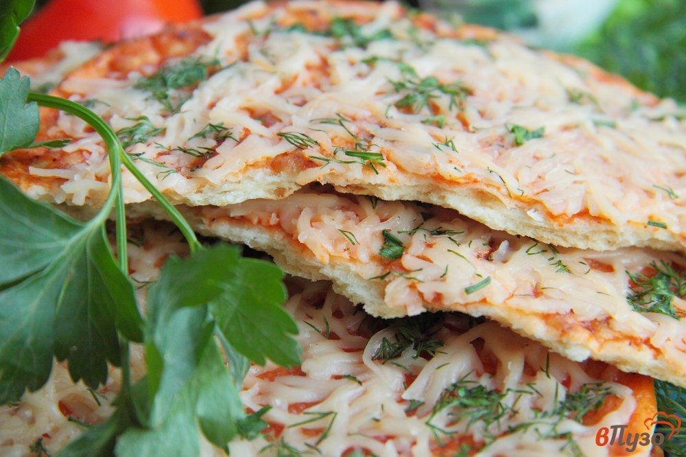 Фото приготовление рецепта: Лепешки с томатным соусом, сыром и зеленью шаг №12