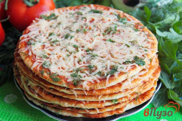 фото рецепта: Лепешки с томатным соусом, сыром и зеленью