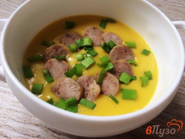 фото рецепта: Суп-пюре из цветной капусты и шампиньонов  с купатами из индейки