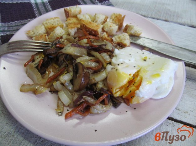 фото рецепта: Теплый салат из пекинской капусты с грибами