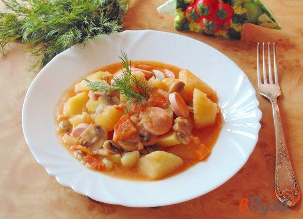 фото рецепта: Картофель с грибами и сосисками в соусе