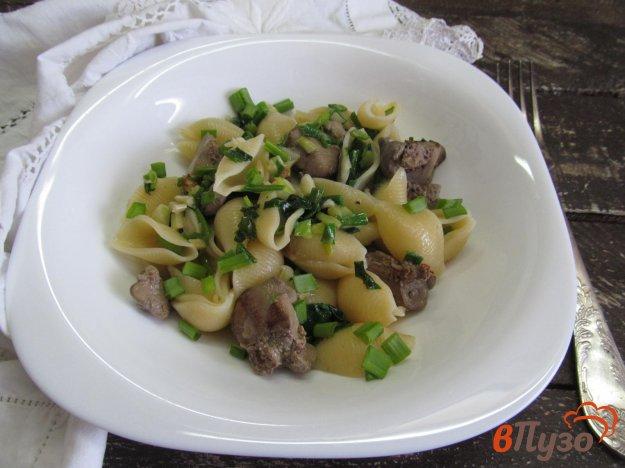 фото рецепта: Теплый салат из куриной печени с пастой