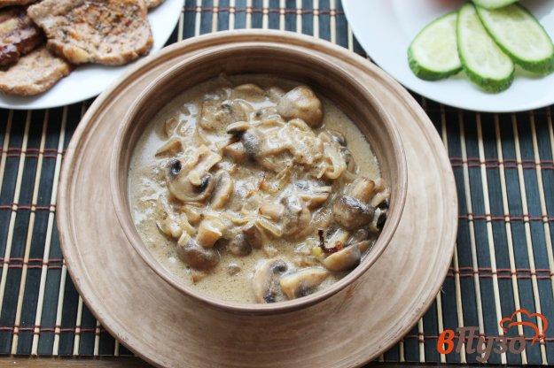 фото рецепта: Шампиньоны с луком тушеные в сметанном соусе