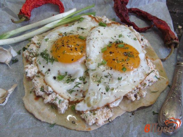 фото рецепта: Творожный острый крем с яйцом на лепешке