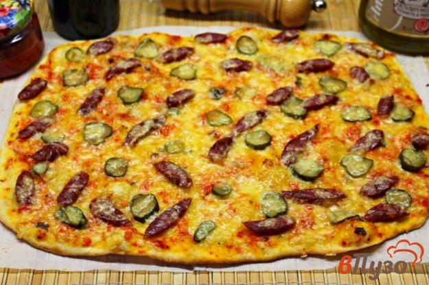 фото рецепта: Пицца с охотничьими колбасками и соленым огурцом