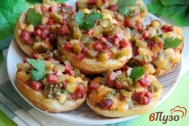 фото рецепта: Горячие бутерброды с маринованными огурцами, колбасой и сыром