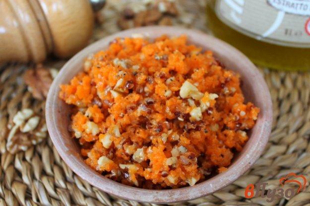 фото рецепта: Морковный салат с киноа и орехом