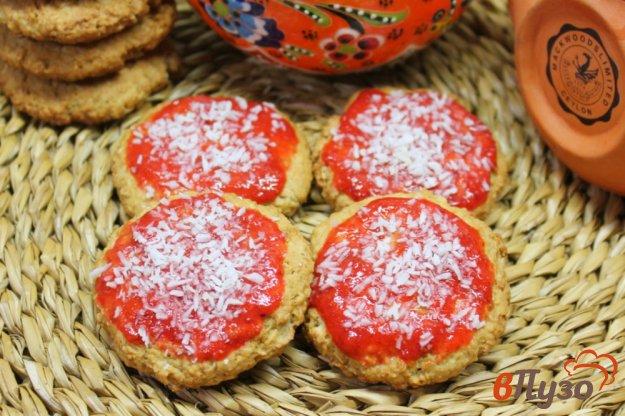 фото рецепта: Овсяное печенье с клубничным смузи и кокосовой стружкой