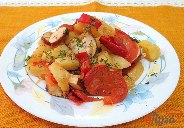 фото рецепта: Картофель запеченный с сосисками в духовке.