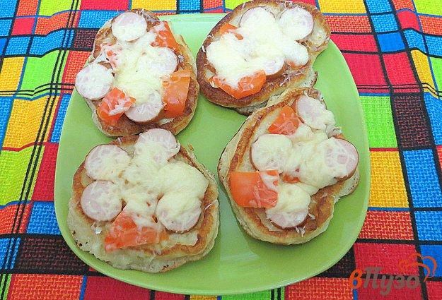 фото рецепта: Дрожжевые оладьи с сосисками, перцем и сыром