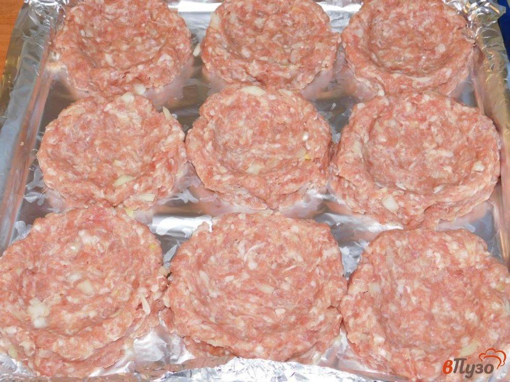 Фото приготовление рецепта: Мясные корзиночки с сырной начинкой шаг №2
