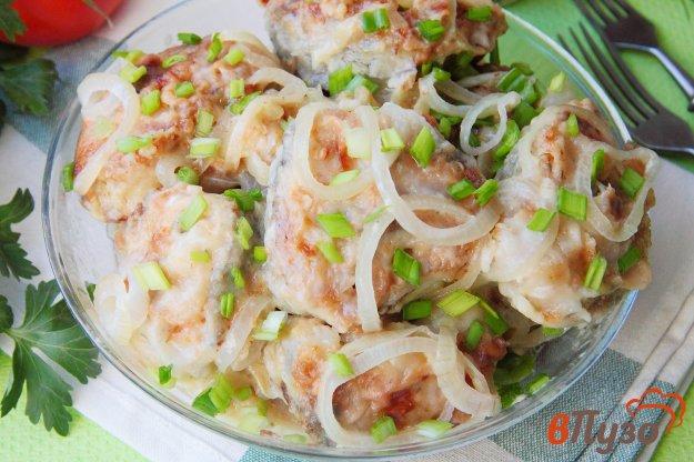 фото рецепта: Жареный минтай с луком и сметаной