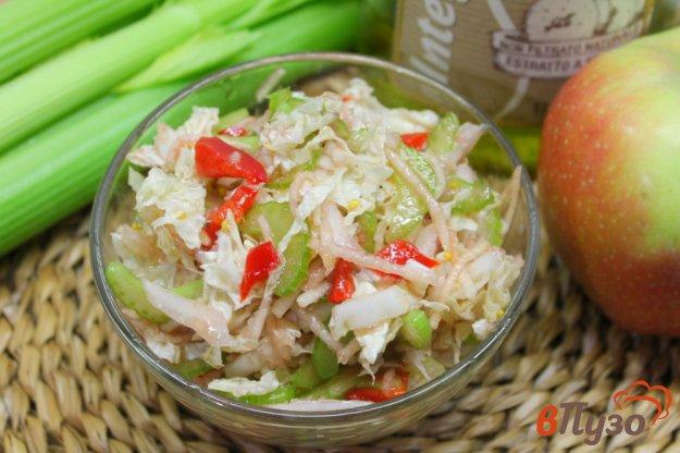 фото рецепта: Салат из пекинской капусты с яблоком, сельдереем и перцем