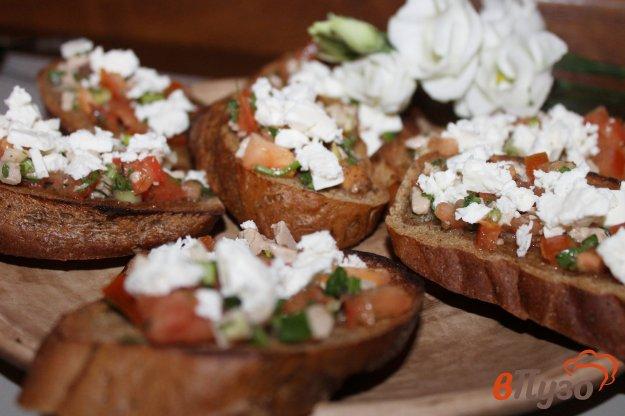 фото рецепта: Бутерброды с печенью трески помидорами и фетой