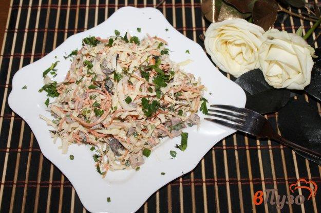 фото рецепта: Салат из пекинской капусты с копченой курицей и маслинами