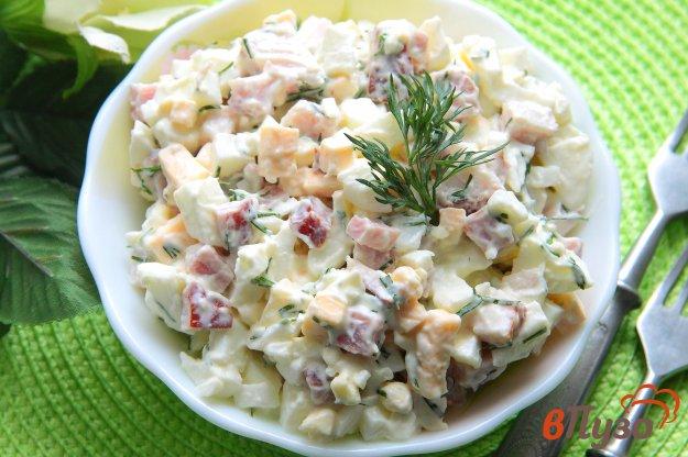 фото рецепта: Салат с грудинкой, сыром и яйцами