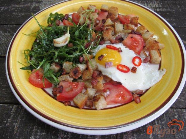 фото рецепта: Яйцо с гренками на беконе и рукколой