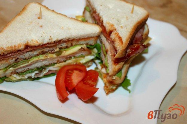 фото рецепта: Сэндвич с яйцом, беконом и соленым огурцом