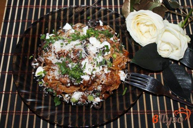 фото рецепта: Спагетти с копченой курицей и грибами в томатном соусе