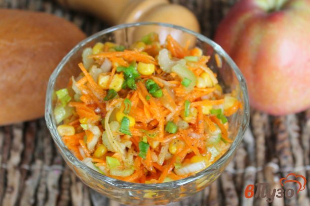 фото рецепта: Морковный салат с кукурузой и сельдереем