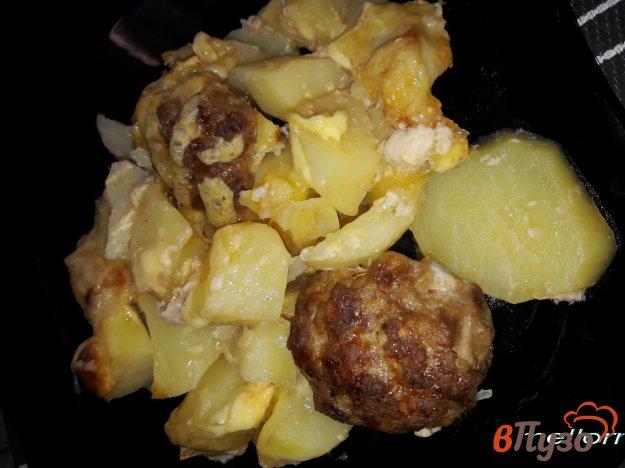 фото рецепта: Тефтели, запеченные с картофелем под сырной корочкой