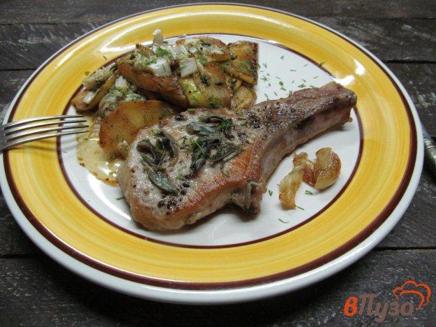 фото рецепта: Жареные свиные стейки с яблоком