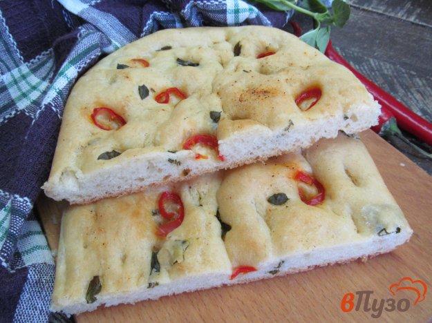 фото рецепта: Фокачча со свежим базиликом и перцем чили
