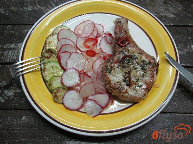 фото рецепта: Свиной стейк с жареным кабачком и маринованным редисом