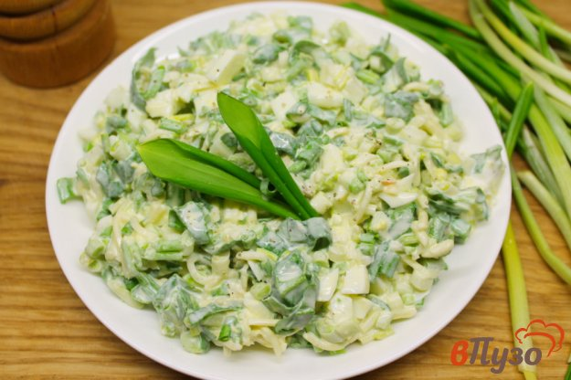 фото рецепта: Салат с черемшой, мягким сыром и яйцом