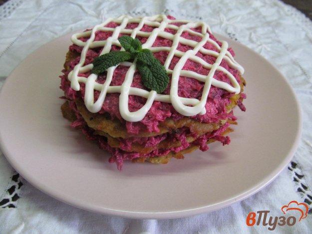 фото рецепта: Закуска из кабачковых лепешек со свекольной начинкой
