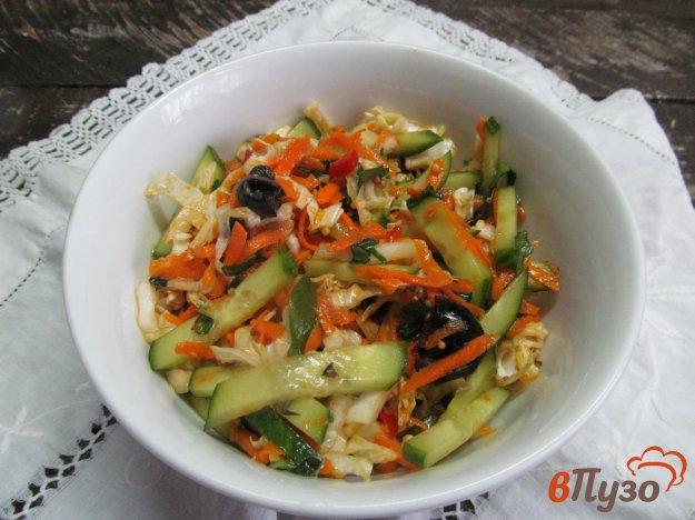 фото рецепта: Овощной салат из пекинской капусты с оливками