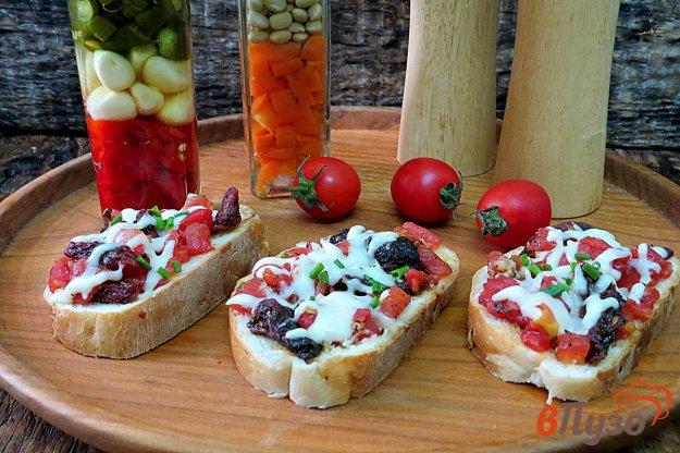 фото рецепта: Горячие бутерброды с вялеными помидорами