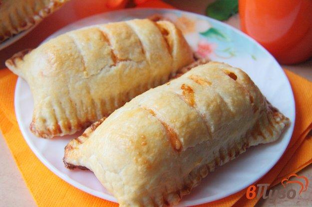 фото рецепта: Сосиски в слоеном тесте с сыром и соусом