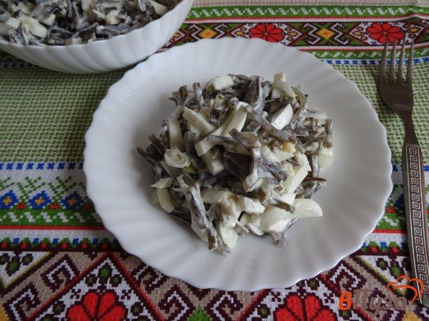 фото рецепта: Салат из морской капусты с яйцами и луком