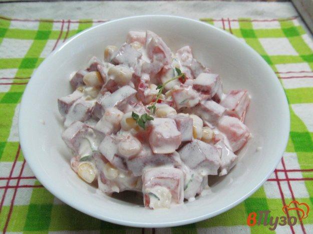 фото рецепта: Салат из кукурузы с колбасой и помидором