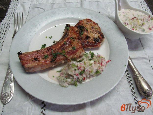 фото рецепта: Свиной стейк с соусом из редиски и огурца