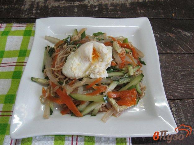 фото рецепта: Теплый салат из вермишели с овощами и яйцом пашот
