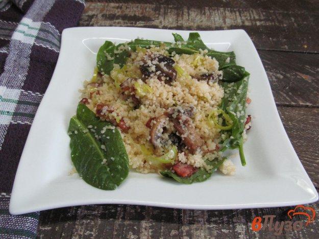 фото рецепта: Салат из кус-куса с беконом и грибами