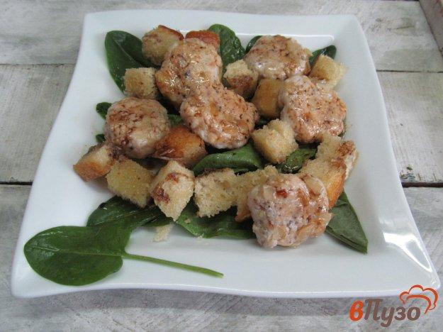 фото рецепта: Салат с гренками и котлетами