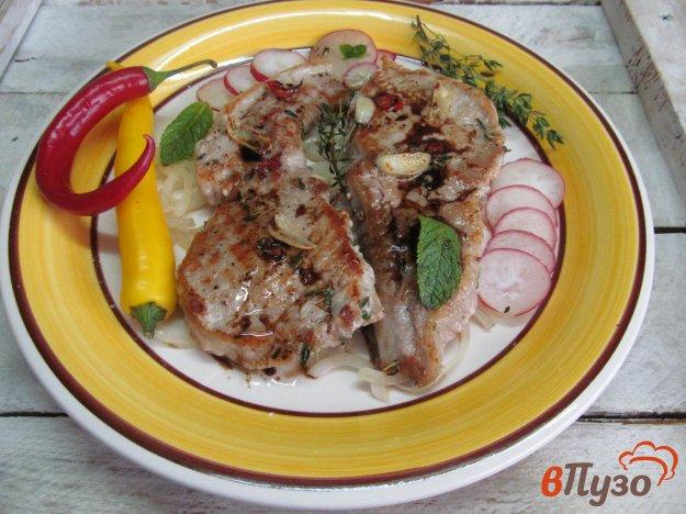 фото рецепта: Свиной стейк на луковой подушке