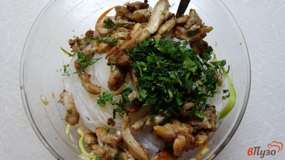 Фото приготовление рецепта: Салат с курицей, фунчозой и кабачком шаг №7