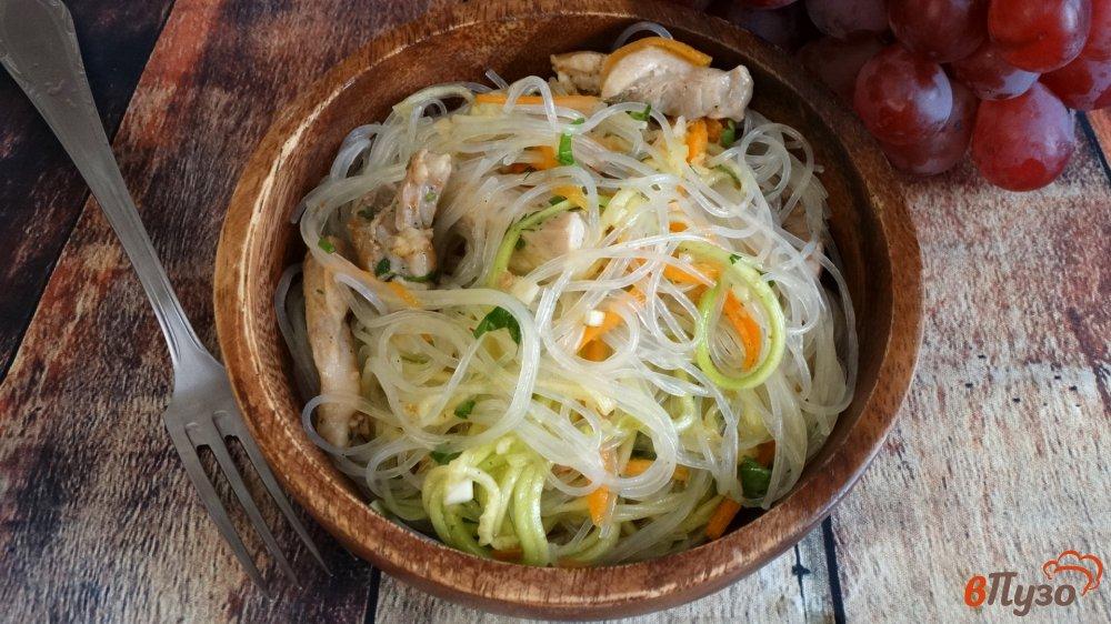 Фото приготовление рецепта: Салат с курицей, фунчозой и кабачком шаг №8