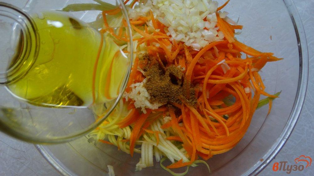Фото приготовление рецепта: Салат с курицей, фунчозой и кабачком шаг №4