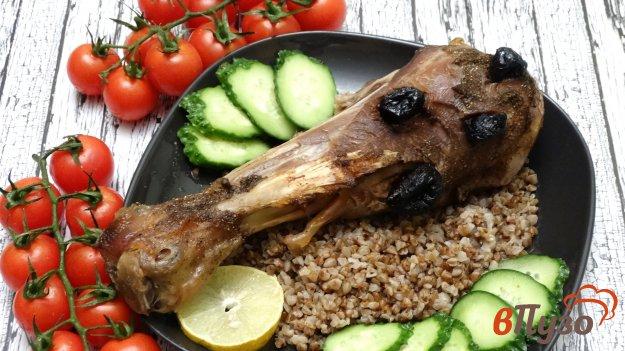 фото рецепта: Голень индейки запеченная с черносливом
