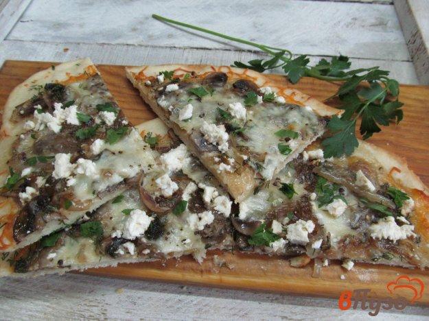 фото рецепта: Пицца с грибами и козьим сыром